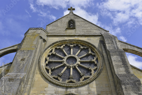 Façade avant de l'église d'Auvers sur Oise Canvas Print