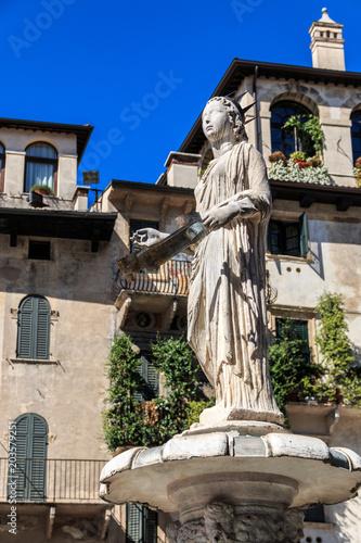 Fotografía  Piazza delle erbe fontana madonna, Verona, Venetien, Italien