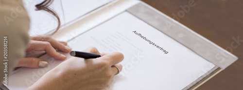 junge Frau unterzeichnet Aufhebungsvertrag Canvas Print