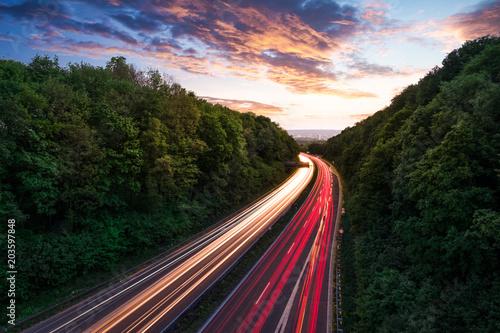 autostrada-z-pasami-dla-samochodow