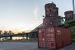 Container vor der Eisenbahnbrücke in Mainz am Rhein im Sonnenaufgang