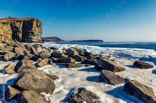 Foto op Aluminium Bergen Rocky coast and high cliffs of Tobizin Cape in winter, Vladivostok, Russia