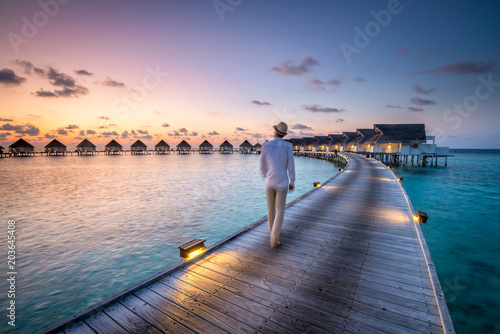 Romantischer Sonnenuntergang in einem Luxushotel in den Tropen