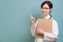 女医、カルテ、案内、指示、誘導