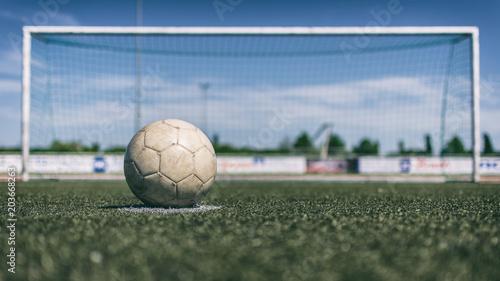 Fußball liegt vor Tor auf Elfmeterpunkt
