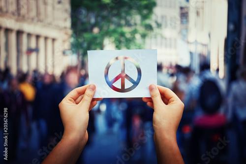 Cadres-photo bureau Bar holding peace symbol