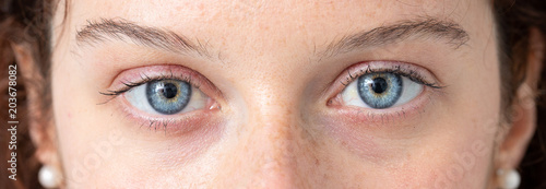 Fototapeta premium Niebieskie oko młodej kobiety rasy kaukaskiej