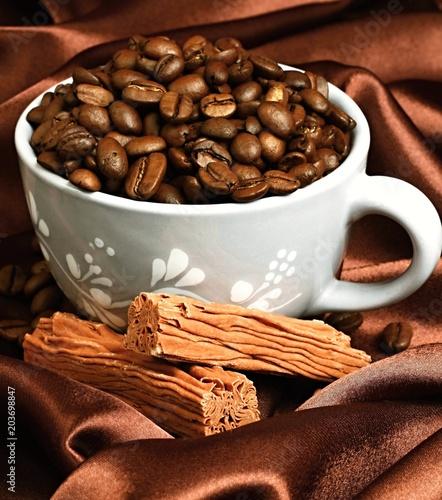 palone-ziarna-kawy-w-filizance