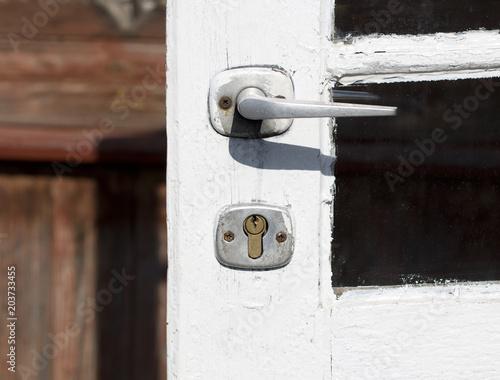 Obraz Stare drzwi klamka zamek pomalowane farbą - fototapety do salonu