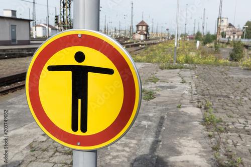 Fotobehang Treinstation Warnschild auf dem Bahnhof - Durchgang verboten