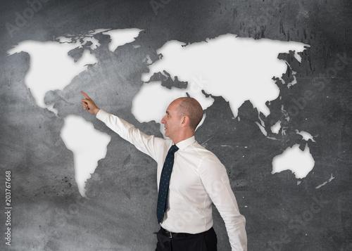 Fotografía  persona che indica un luogo sulla mappa mondiale