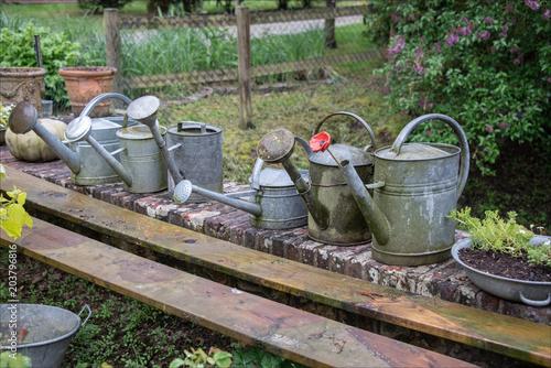 arrosoirs de décoration dans un jardin près d\'Evreux en France ...