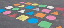 Formes Géométriques Peintes Dans Une Cour De Récréation