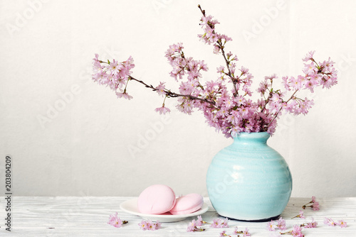 Fotomural Pink cherry blossom flower bouquet with macarons in blue vintage vase on white w