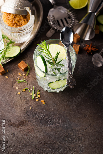 In de dag Tuin Transparent refreshing drink with cucumber, lemon and rosemary