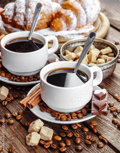 sniadanie-z-rogalikami-liscmi-deska-do-krojenia-i