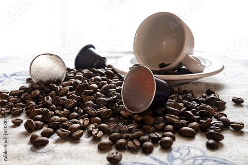 Deurstickers koffiebar Tazza da caffè con chicchi di caffè e cialde