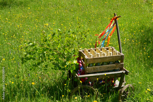 Fotografía A handcart with a blanket, a beer box, colorful ribbons on a wonderful spring me