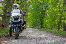 Reiseenduro Motorrad Im Wald Mit Fahrer - Blick In Die Ferne