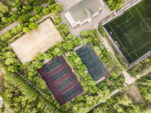 Fotografía  aerial view of summer sport camp courts and building in the forest