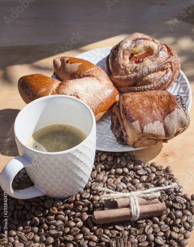 martwa-natura-z-kawa-sniadanie-z-buleczki-na-drewnianym