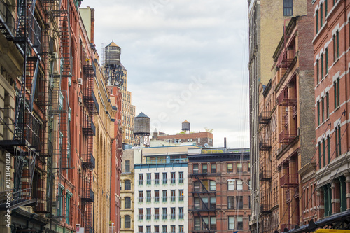 Keuken foto achterwand New York Close-up view of New York City style apartment buildings with emergency stairs along Mott Street in the Chinatown neighborhood of Manhattan NYC.