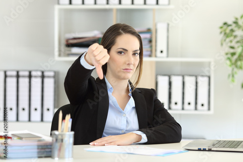 Businesswoman denying with thumbs down Fototapet
