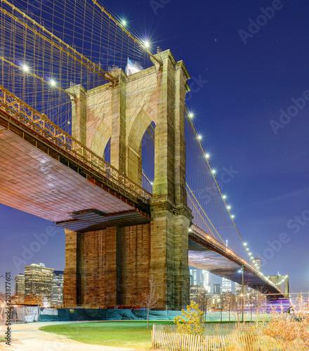 Tuinposter Amerikaanse Plekken Brooklyn bridge at night, New York City, USA