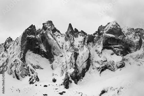 Szczegół grupy Sciero w Alpach Retyckich w Szwajcarii. Czarno-białe dzieła sztuki górskiej zimy