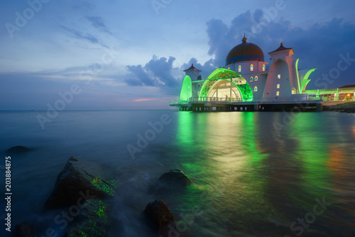 In de dag Asia land Malacca Straits Mosque - Masjid Selat Melaka. It is a mosque located on the man-made Malacca Island near Malacca Town. Malaysia