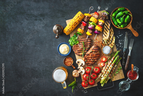 Papiers peints Pays d Afrique Grilled meat and vegetables on rustic stone plate