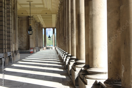 Fotomural Sunlight streaming through colonnades in London