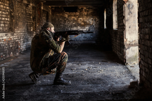 Photo Arab soldier aiming with Kalashnikov AK-47 assault rifle