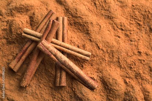 Aromatic cinnamon powder and sticks, closeup Fototapete