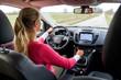 Junge Frau beim Autofahren