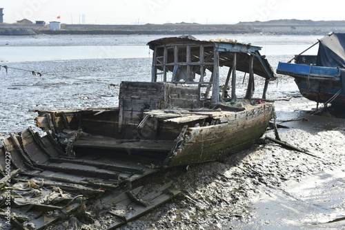 Foto op Canvas Schip Broken wooden boats in the river