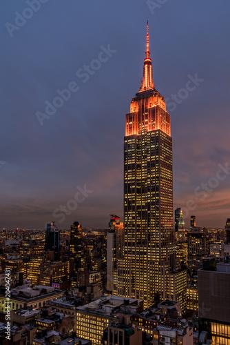 Widok Empire State Building o zmierzchu.