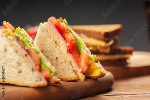 Photo sur Aluminium Snack sandwich on a wooden table