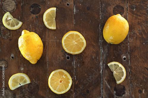 Cytryna . Owoce cytryn ułożone w kompozycji