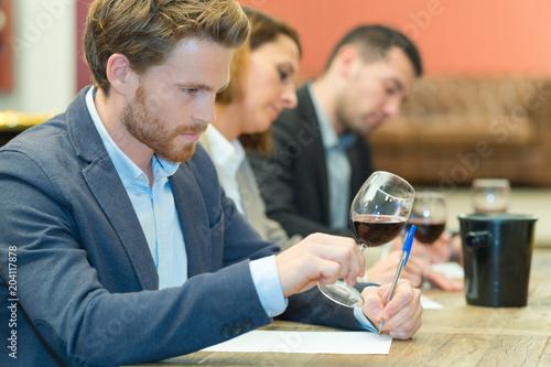 Fotografía  wine expert specialist tasting a glass of wine