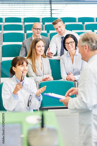 Foto  Frau als Medizin Studentin im Staatsexamen
