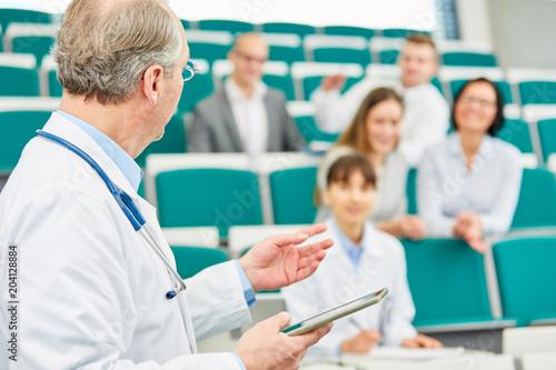 Photo  Dozent in einer Weiterbildung vor jungen Ärzten