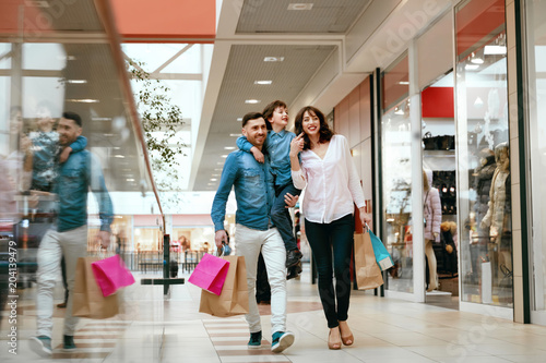 Fotografia Family Shopping. Happy People In Mall