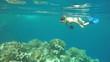 junge Frau mit Kamera schnorchelt am Korallenriff, El Quseir, Ägypten, Rotes Meer