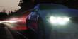 Scheinwerfer eines Sportwagens in der Nacht