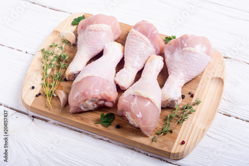 Staande foto Vlees Raw chicken legs with spices