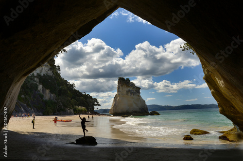 Montage in der Fensternische Cathedral Cove Cathedral Cove in Coromandel, New Zealand