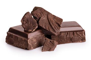 Komadi tamne čokolade izolirani na bijeloj pozadini.