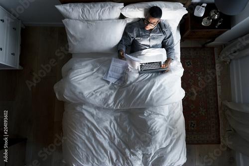 Papiers peints Echelle de hauteur Business man on bed working at night