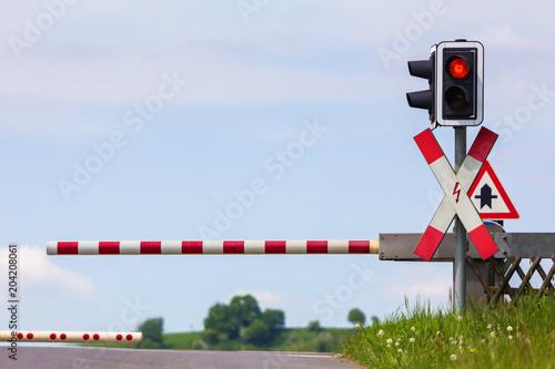 Fotografia plain closed railroad crossing